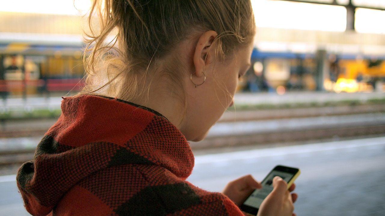 jente - Mobiltelefon - apper - digitale medier - Daria Nepriakhina