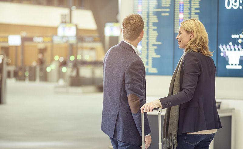 Frende Forsikring - Par på flyplass - Koronavirus