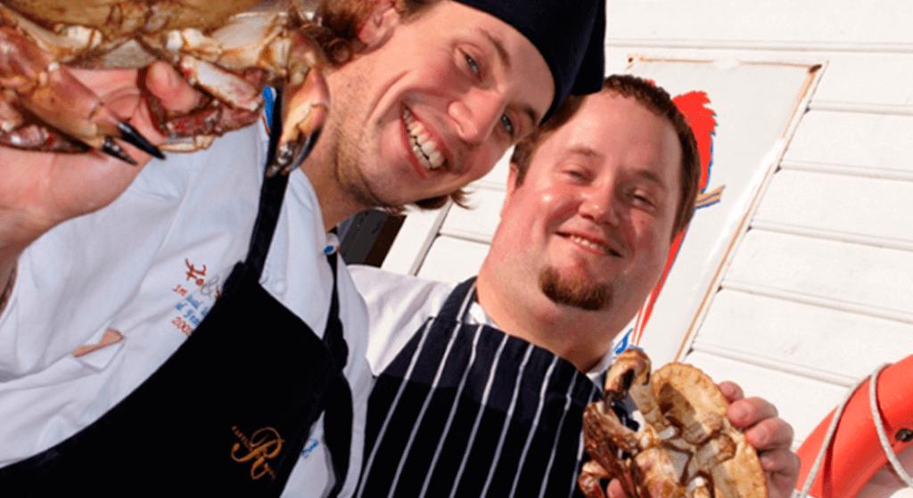 Matpersonalet viser frem krabber