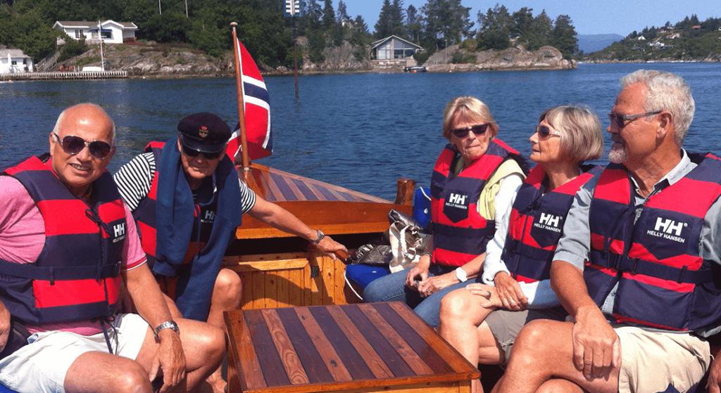 Gjester på tur ut i båten