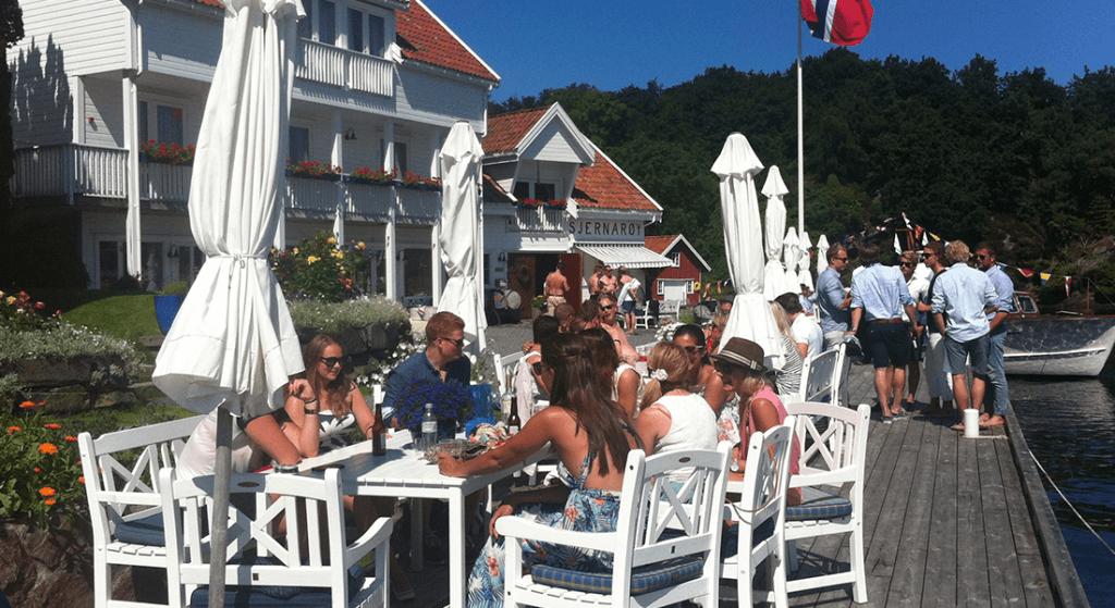 Flere folk som koser seg på sommer-resturanten
