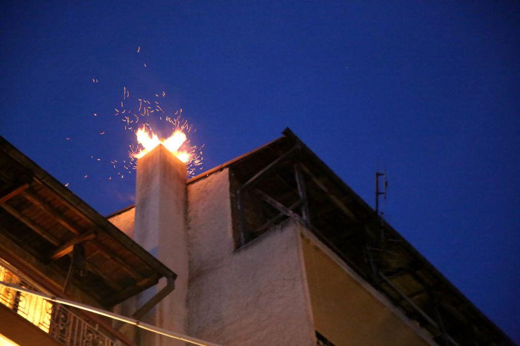 Καμινάδα άρπαξε φωτιά στην περιοχή του Αχιλλείου