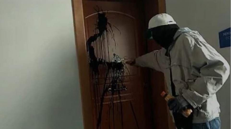 «Ντου» του «Ρουβίκωνα» στο πολιτικό γραφείο της Κεραμέως (video)