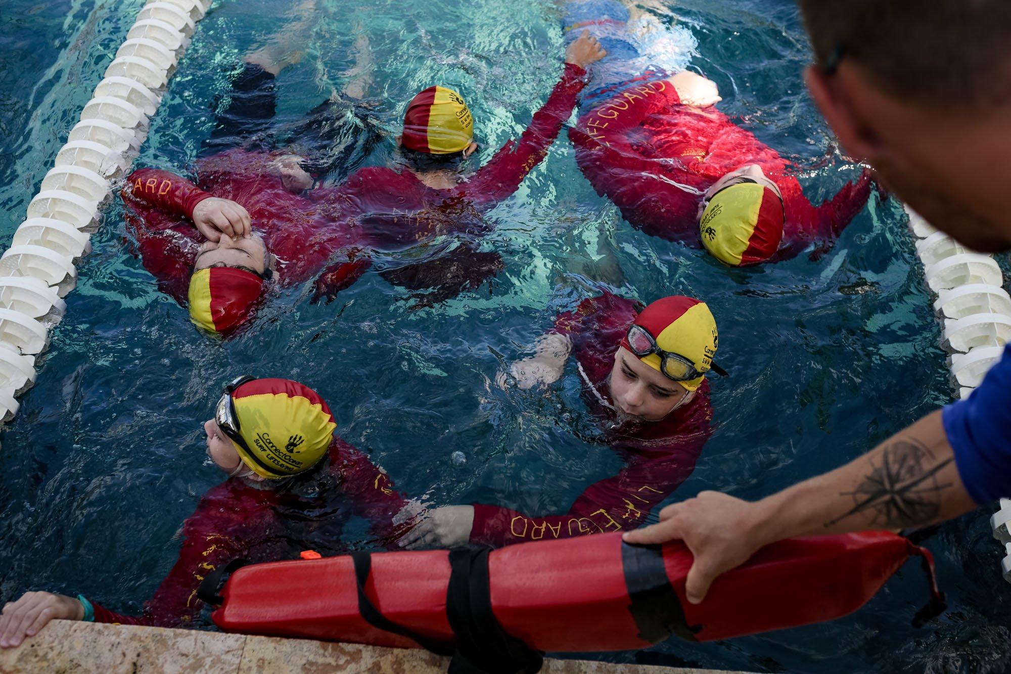Los ejercicios usualmente empiezan en la piscina, para mejorar la técnica de natación.